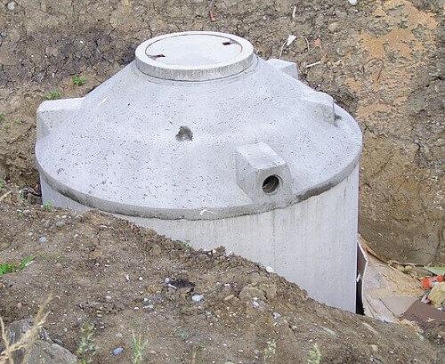 une cuve enterrée comme système de récupération d'eau de pluie pour WC.